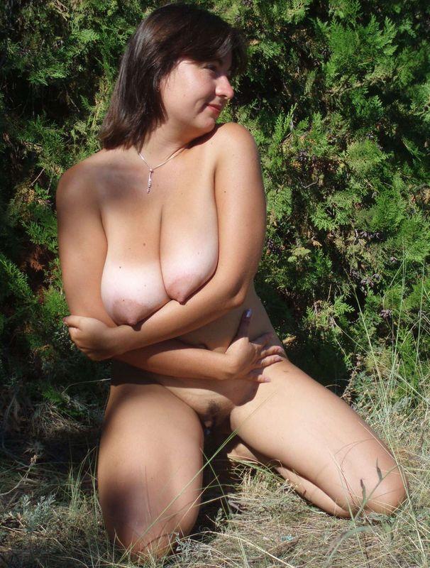 Мамка проветривает обвисшие груди в сосновом лесу