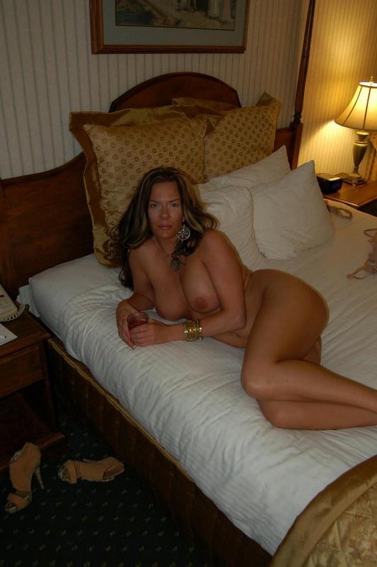 Легкодоступная девица готова сношаться на кровати