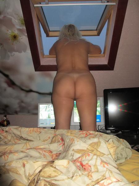 Шлюха в возрасте не прочь обнажить влагалище в своей комнате