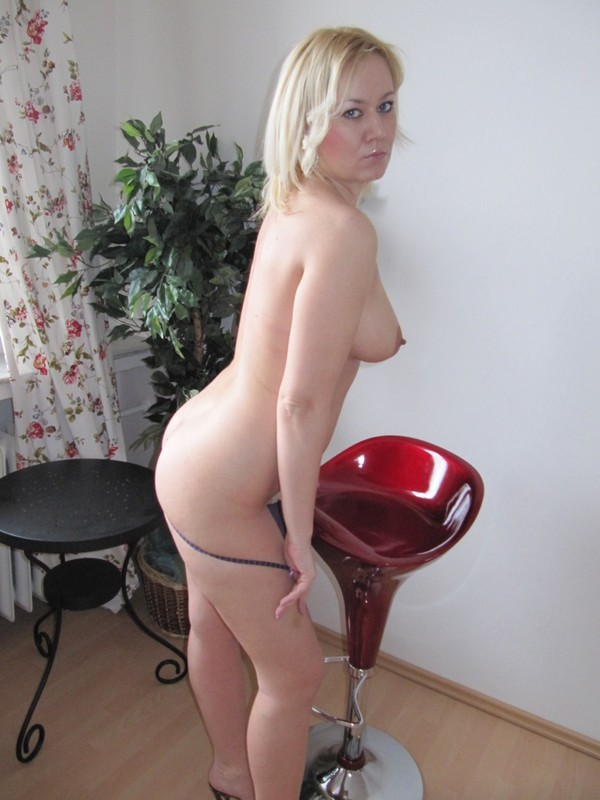 Возбуждающая Наташа утром желает играться в своей квартире