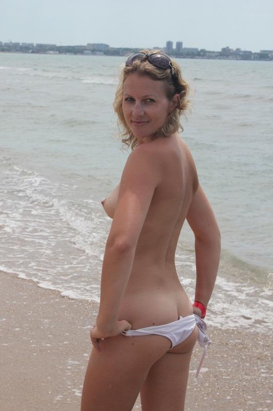 Путана играется на море в Анапе без купальника