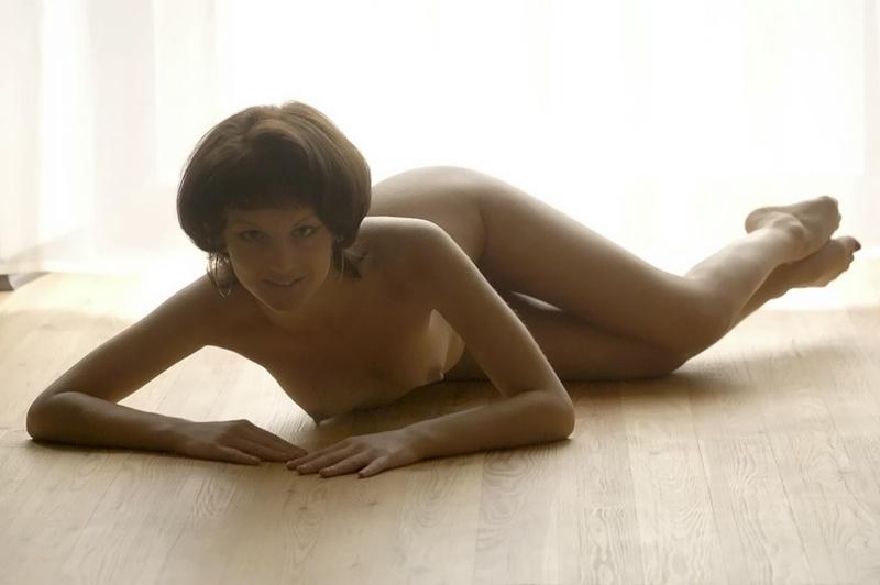 Шикарная женщина голышом расположилась на паркете