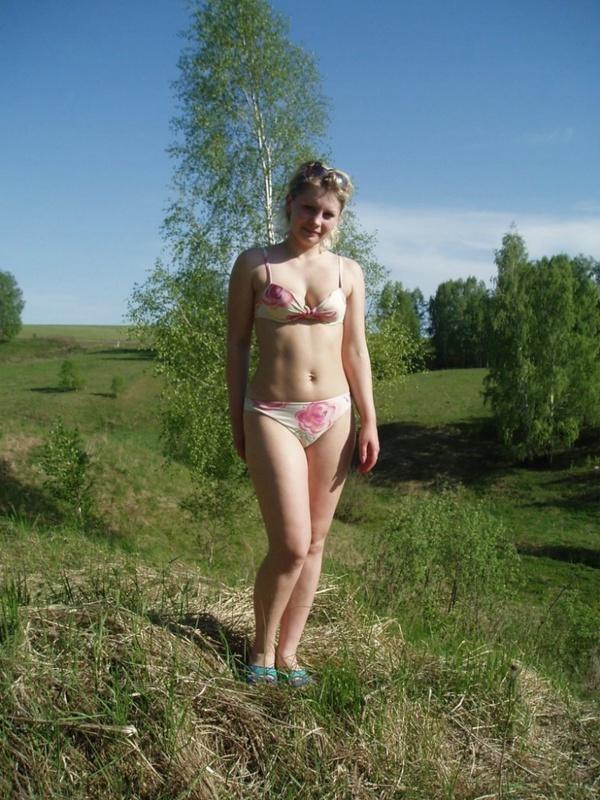 Зрелая блондинка в лесу обнажила крупные груди