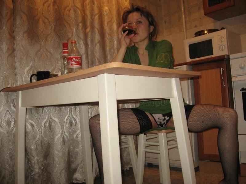 Домохозяйка в нижнем белье даже на столе готова развратничать
