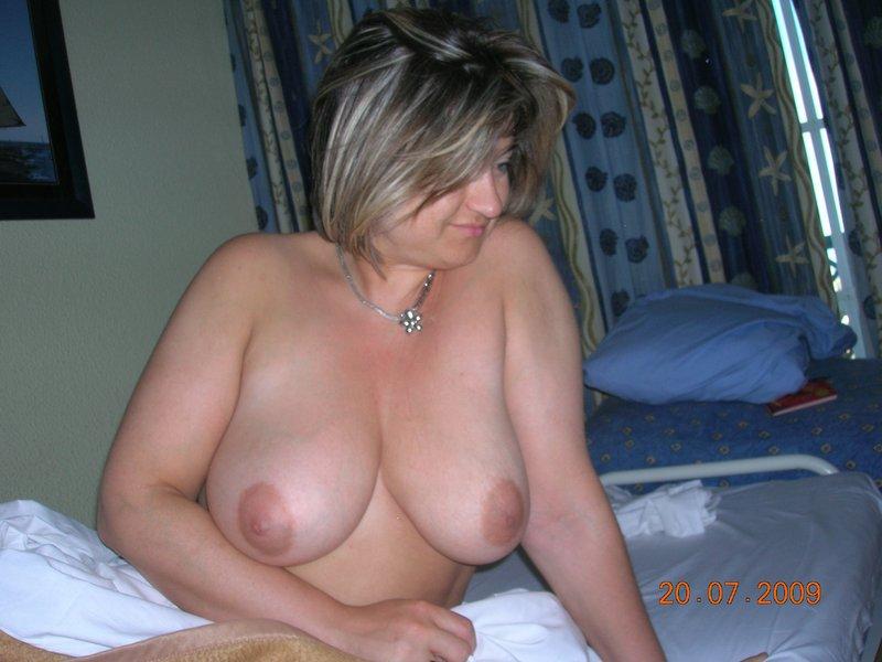 Тетка в своей комнате обнажила большие сиськи