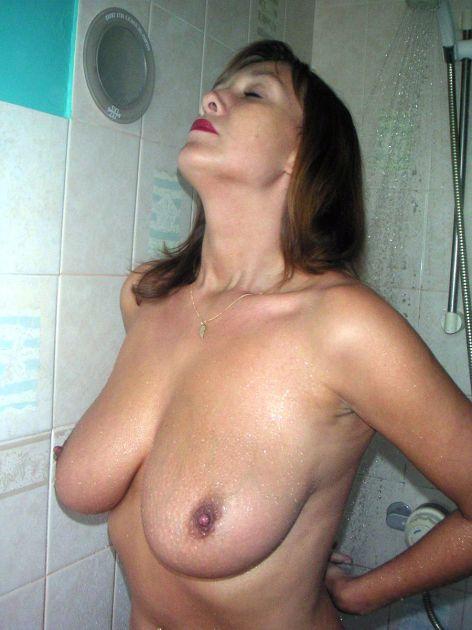 Зрелая баба снимает трусики и идет мыться в душ