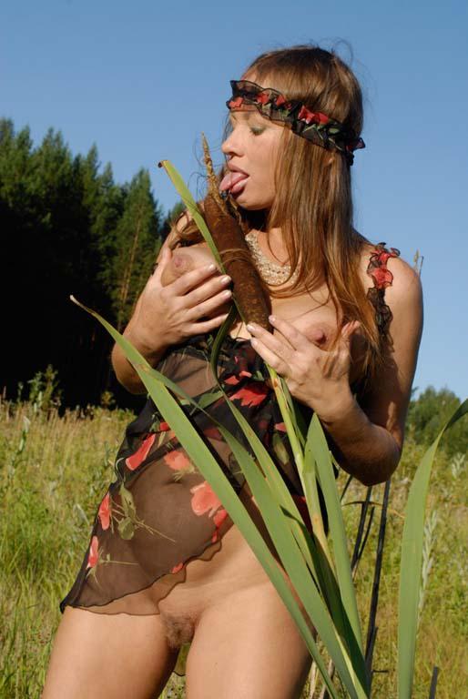 Бесподобная амазонка в лесу показала огромные титьки