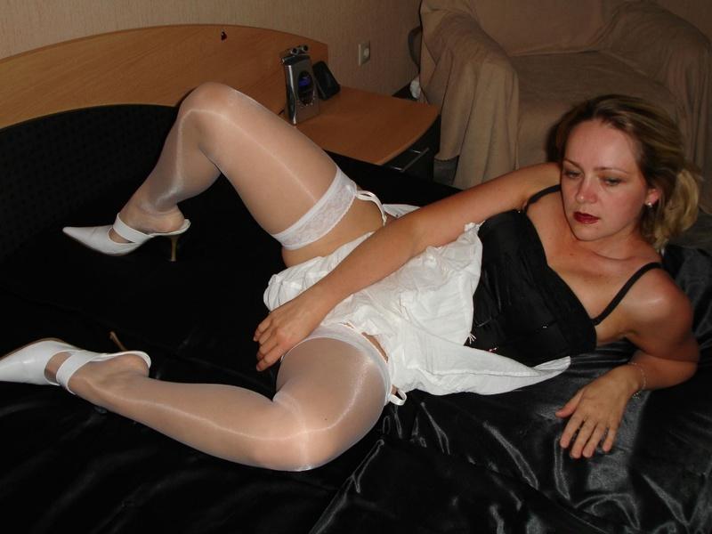 Зрелая искусница фоткается в койке в интимном белье