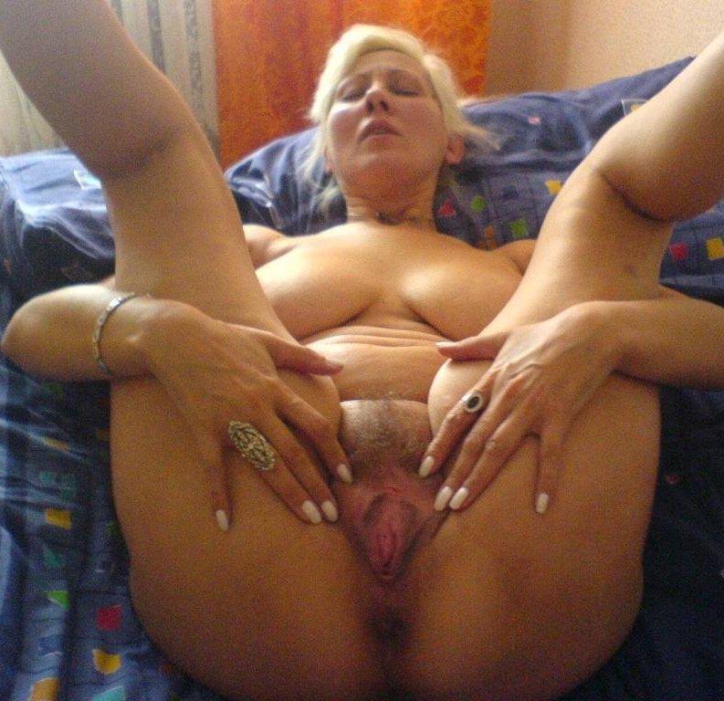 Развратная бабуля оголила интимные места перед сексом