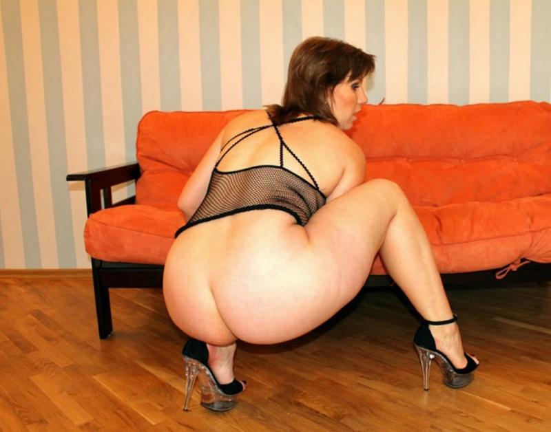 Зрелая фрау охотно позирует на диванчике