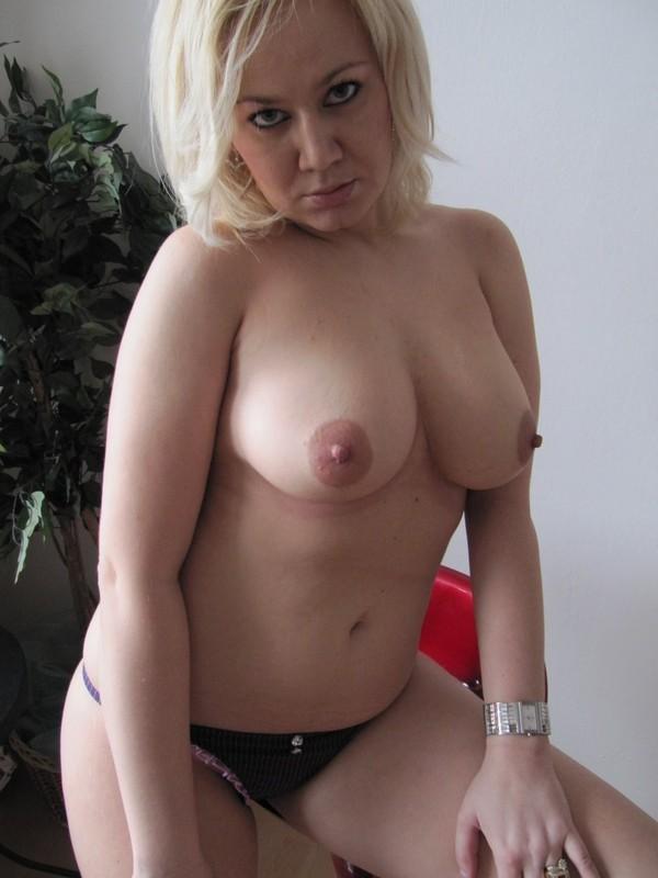 Женщина в теле голым задом присела на стул