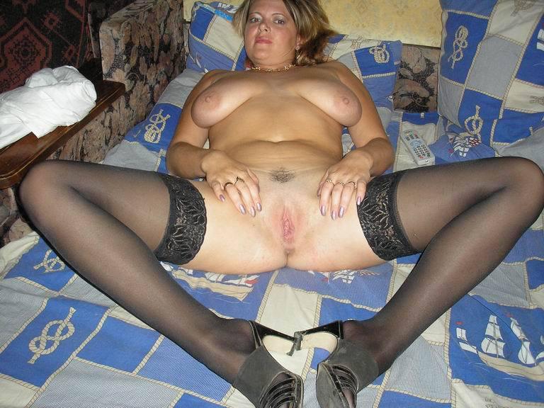 Вечером мама хвастается крупными дойками и интимной стрижкой секс фото