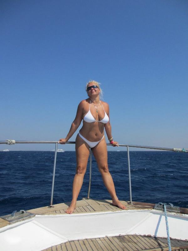 Загоревшая тетка в отпуске демонстрирует голые дойки
