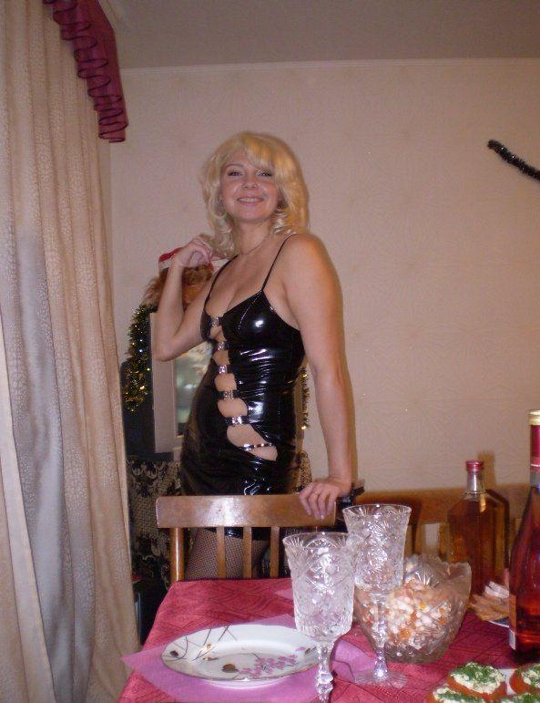 Тетка снимается в латексном белье на кухне секс фото