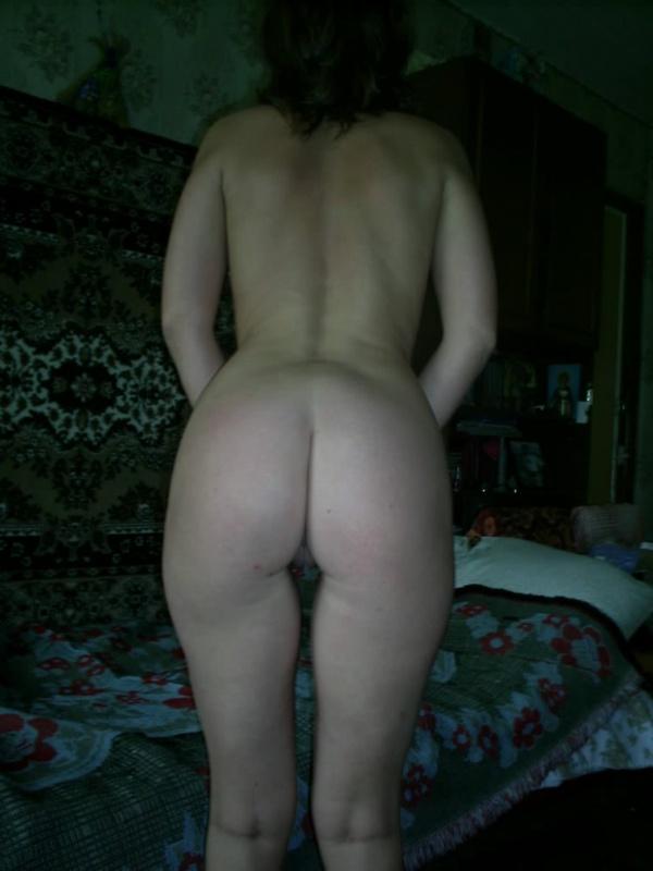 Зрелая сучка оттопырила свой пердак на кровати