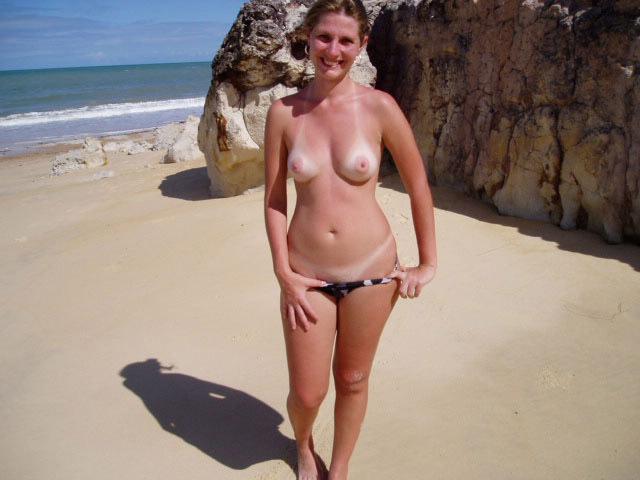 Мамка на пляже загорает только в трусиках