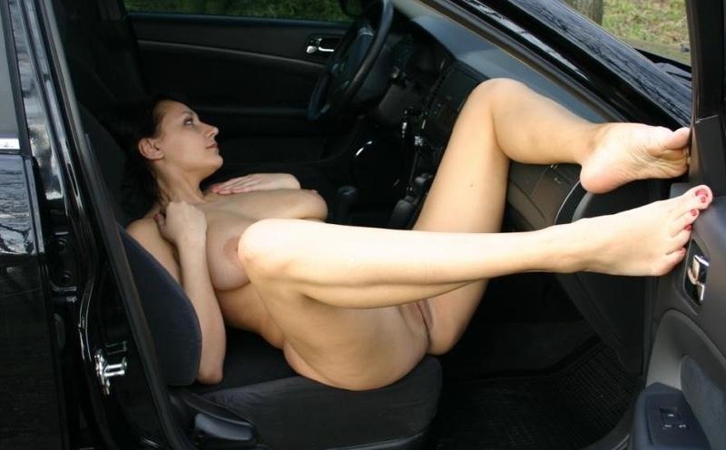 Взрослая проститутка хочет показываться у дороги с голенькой вагиной