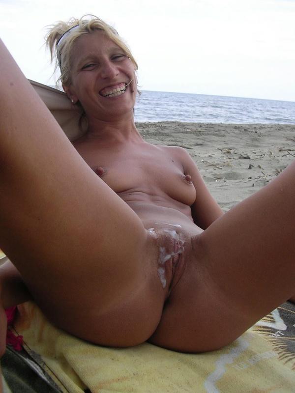 Мужик обкончал лобок голой зрелки отдыхая на пляже