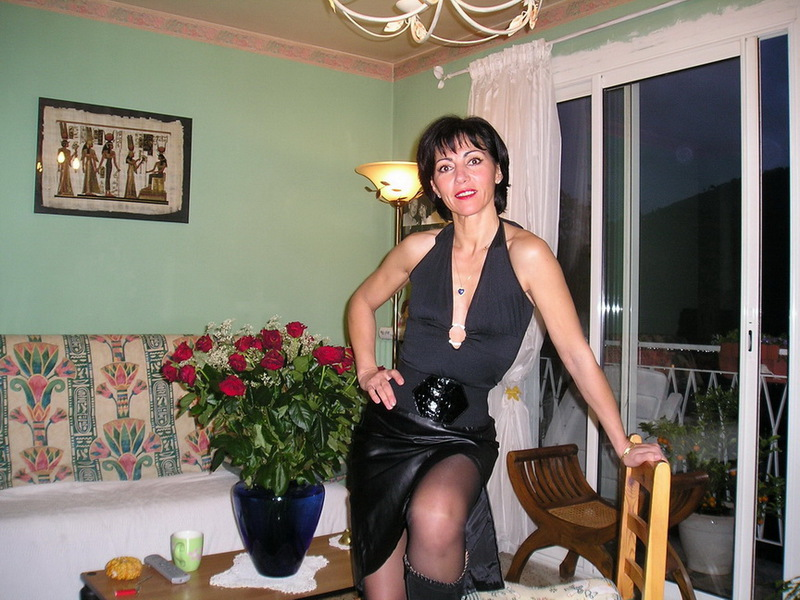Матерая мамка обнажилась до бикини посреди комнаты