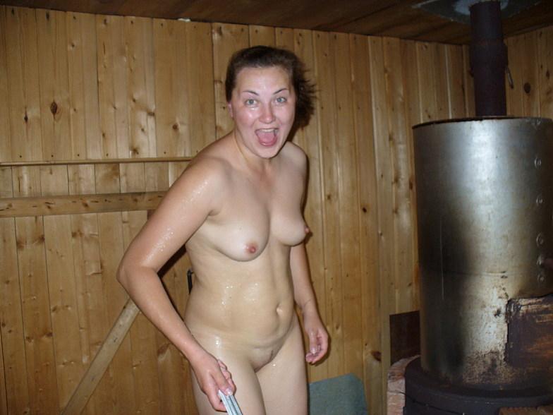 Голая славянка парится в деревенской бане