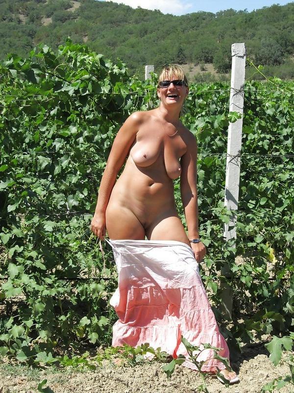 Мамка сбросила длинную юбку на виноградниках