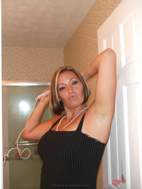 Опытная мама стоит в белье возле двери