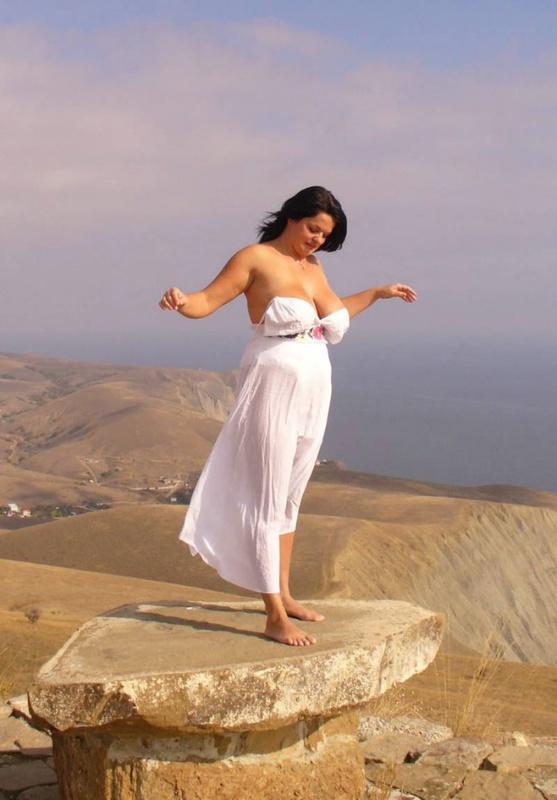 Деваха показывает большая грудь стоя около моря