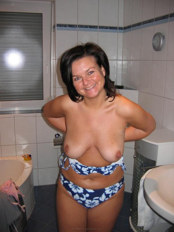 Мамаша стащила с себя лифчик в ванной