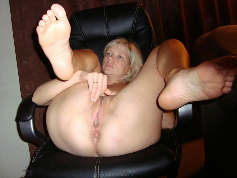 Старая мамка сидя в кресле блистает рабочей пиздой