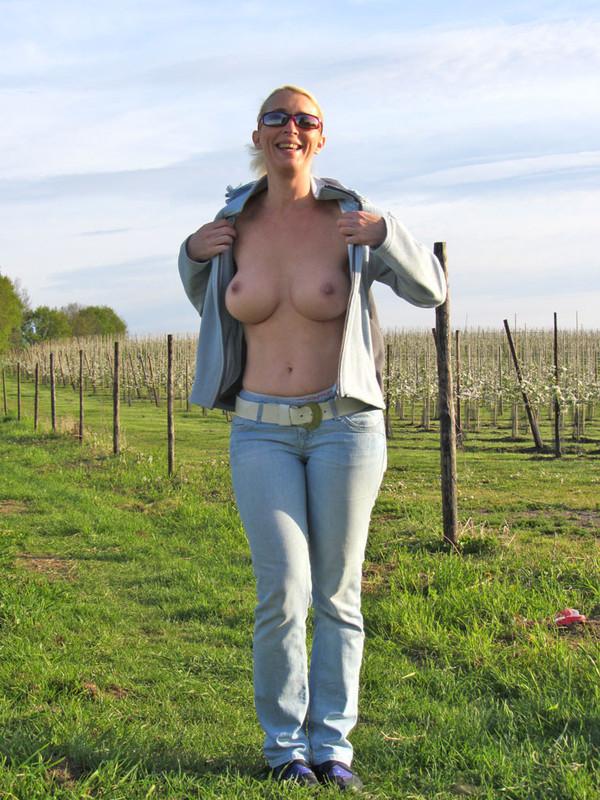 Фермерша с крупными сиськами проветривает их на поле
