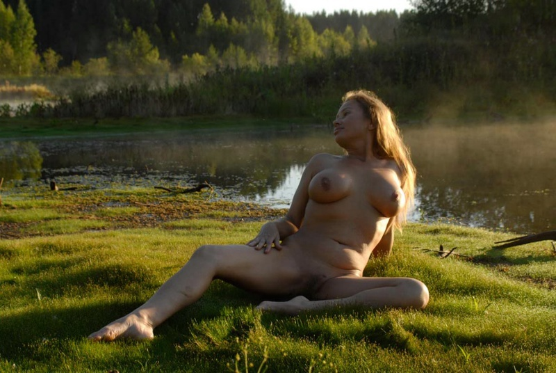Зрелая бикса отдыхает на природе с голыми буферами