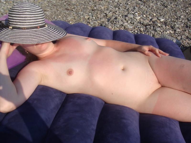 Сорокалетняя девка развлекается на берегу моря без купальника
