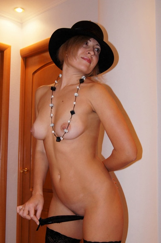 Тётя в шляпе и чулках онанирует в номере