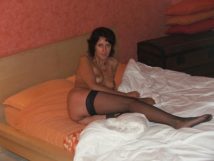 Сорокалетняя бабенка в чулках расслабляется дома