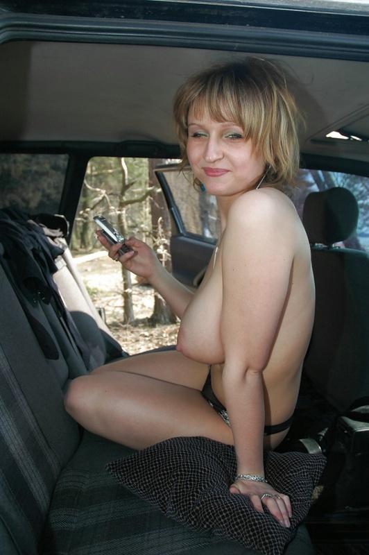 Титястая леди в одних бикини сидит на камне