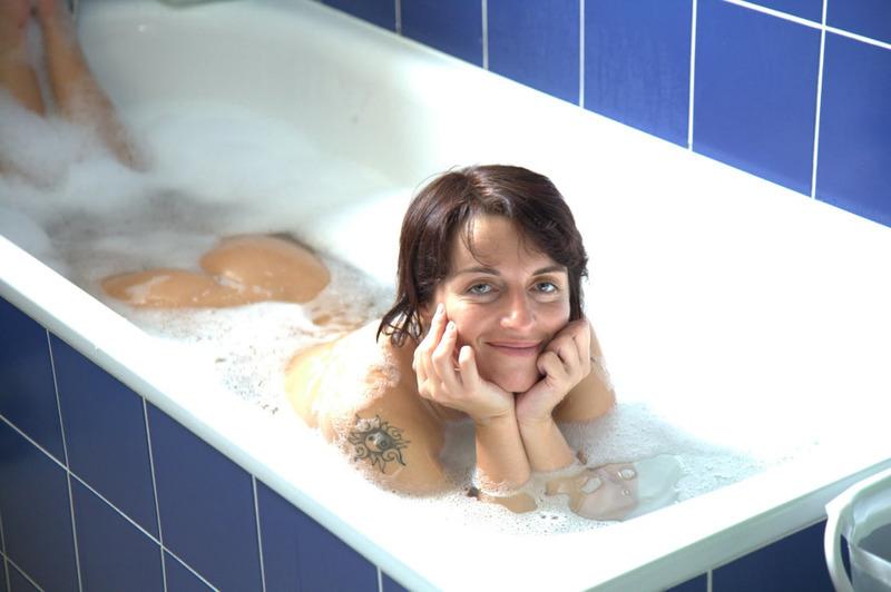 Сучка с большими титьками отмывает тело в ванной