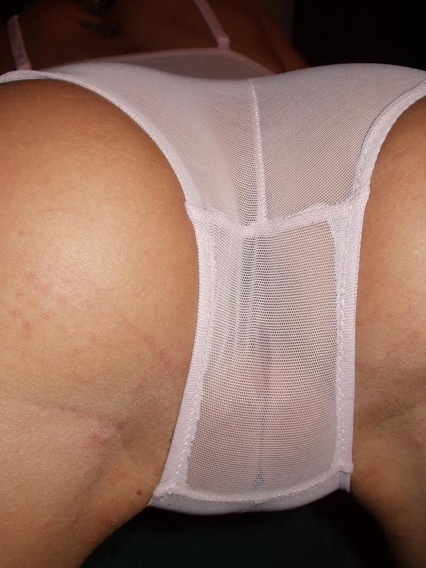 Сучка трахает себя секс игрушками на постели