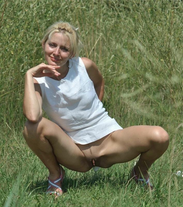 Сорокалетняя блондиночка в саду блистает попой