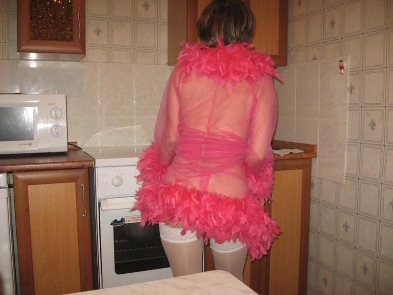 Изумительная зрелка в сексуальном белье позирует на кухне