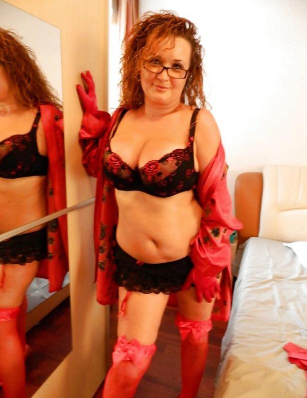 Игривая толстуха грешит в красивом белье закрывшись в кроватке смотреть эротику