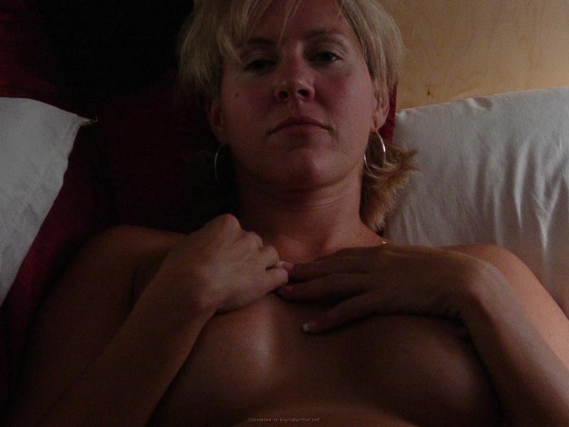 В домашних условиях голая милфа бахвалится немаленькими грудями
