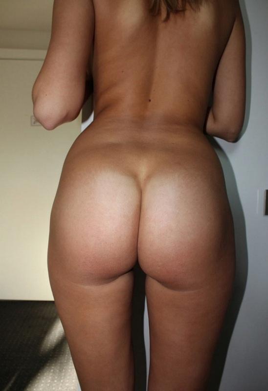 Молоденькая девушка после работы показывает обнаженное тело