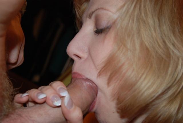 Мамаша лижет вкусный кукан после позирования