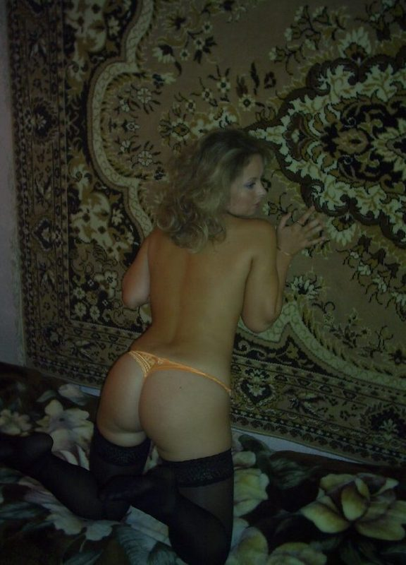 37 Летняя мамка на фоне ковра сексуально позирует