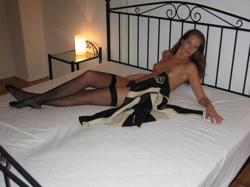 Шалашовка светит сладкой мандой на мягкой постели
