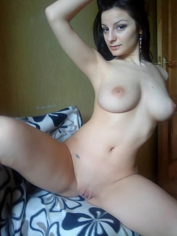 Великолепная русая порноактрисса с громадными буферами развела ноги на стуле
