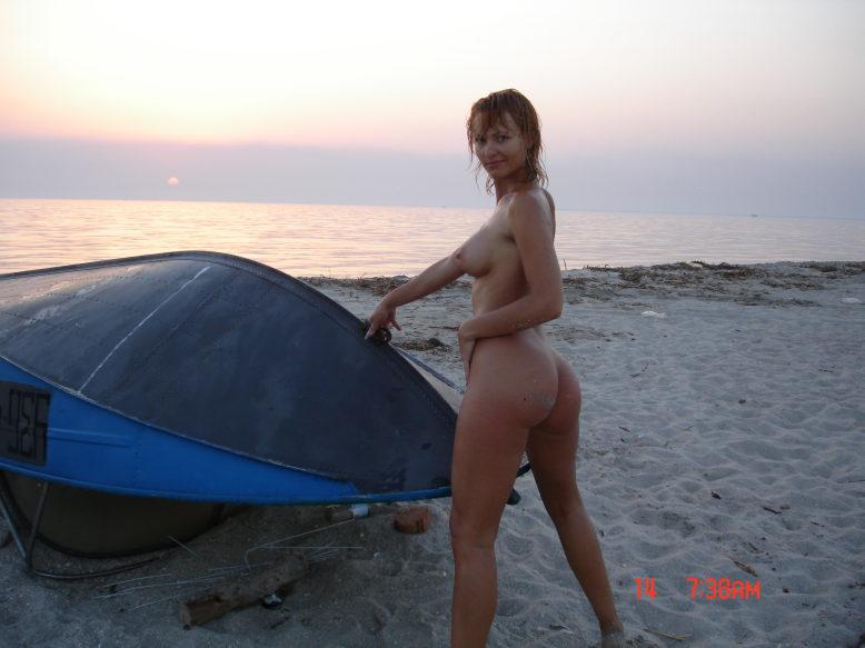 Раздетая рыжуха встречает закат на морском берегу