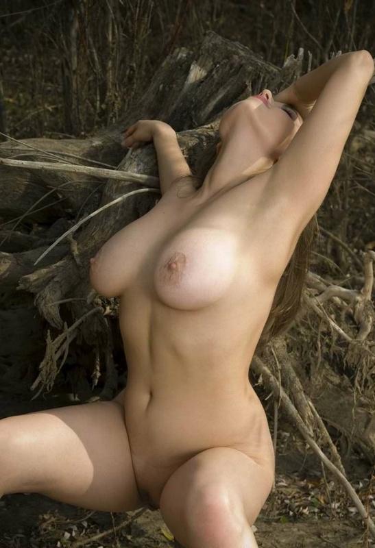 Модель с гигантскими буферами занимается онанизмом в кустарнике смотреть эротику