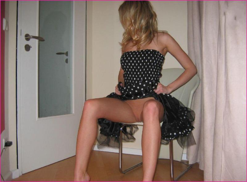 Красивая блондинка у себя дома демонстрирует свою внешность