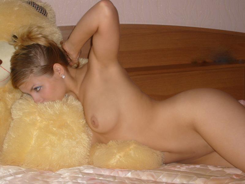 Блондиночка светит в своей квартире надев сетчатый костюм